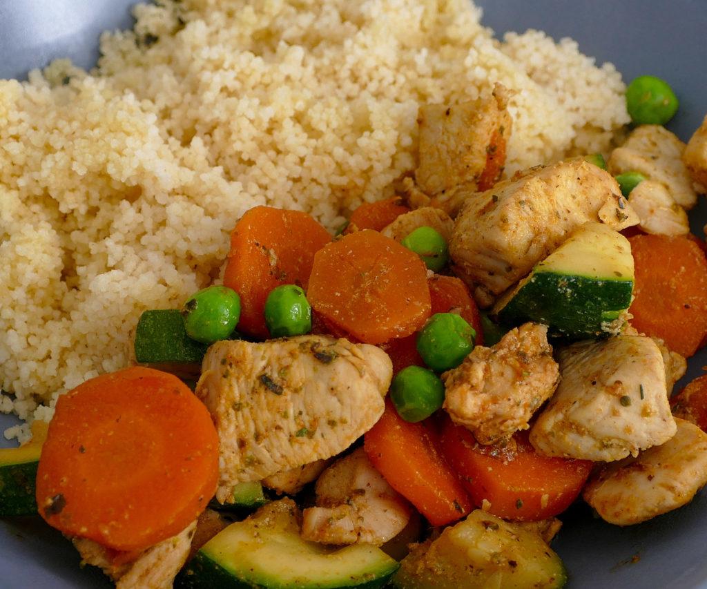 Co na oběd? Kuskus se zeleninou a kuřecími prsy.